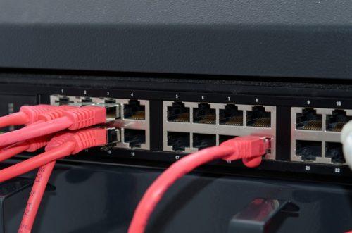 Netzwerk mit Router und Netzwerkkabel