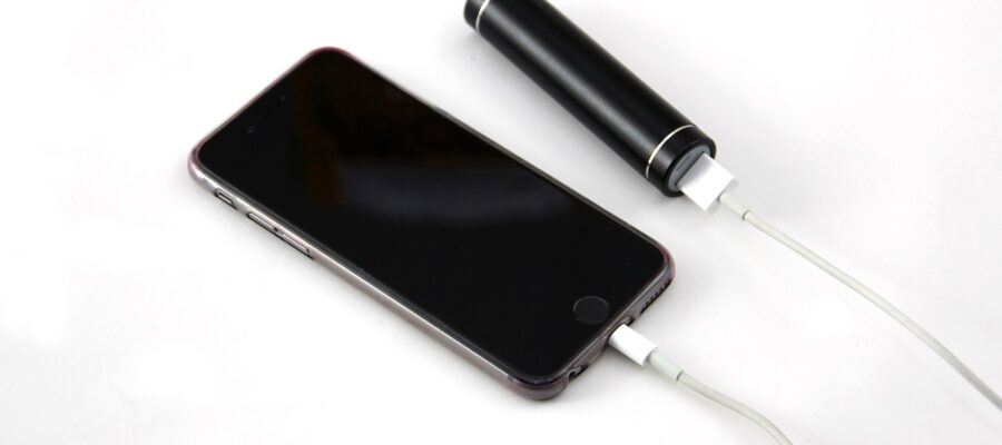 Powerbank lädt Smartphone-Akku auf