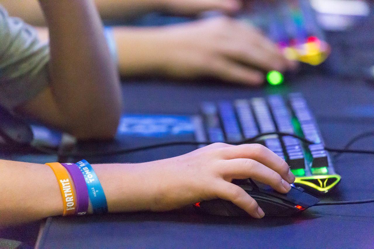 Nahaufnahme einer Hand mit Gaming-Maus