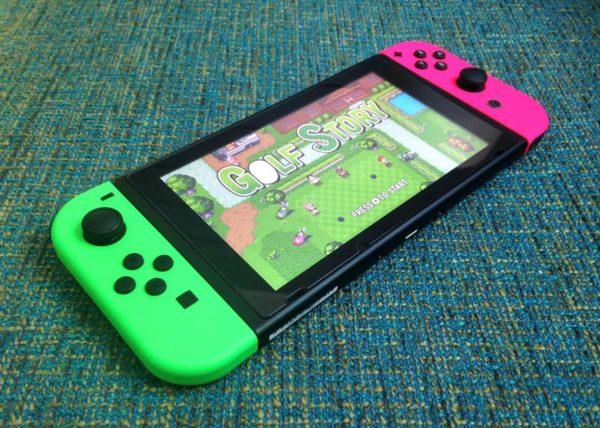 Nintendo Switch mit neongrünen und pinken Joy-Cons (und spielt Golf Story)